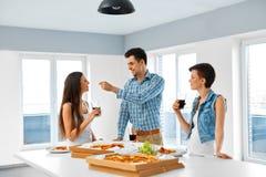 Manger de la nourriture Amis ayant le dîner à la maison Amitié, Leisu Image libre de droits