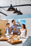 Manger de la nourriture Amis ayant le dîner Célébration de vacances f Images libres de droits
