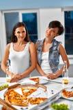 Manger de la nourriture Amis ayant le dîner Célébration de vacances f Photographie stock libre de droits