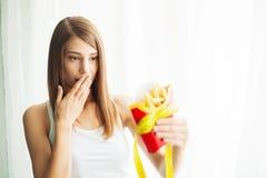 Manger de la nourriture Jolie jeune femme drôle avec des fritures images stock