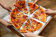 Manger de la nourriture Les gens prenant des tranches de pizza Loisirs d'amis, F rapide Photos stock
