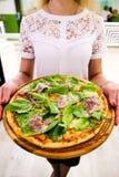 Manger de la nourriture Plan rapproché des mains de personnes prenant des tranches de pizza de pepperoni Image stock