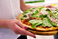 Manger de la nourriture Plan rapproché des mains de personnes prenant des tranches de pizza de pepperoni Photo stock