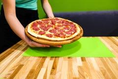 Manger de la nourriture Plan rapproché des mains de personnes prenant des tranches de pizza de pepperoni Photographie stock libre de droits