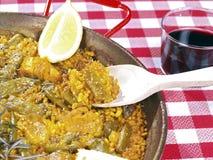 Manger de la Paella dans un carter Photographie stock