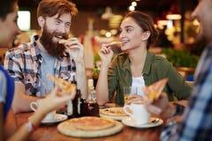 Manger de la pizza photographie stock