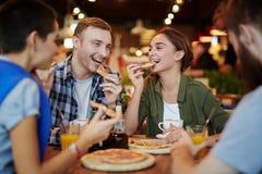 Manger de la pizza délicieuse avec des amis Photo stock