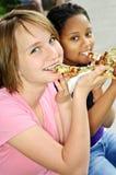 manger de la pizza de filles photos stock