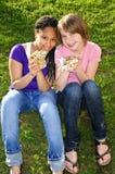manger de la pizza de filles images libres de droits