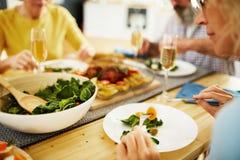 Manger de la salade fraîche au dîner photo libre de droits