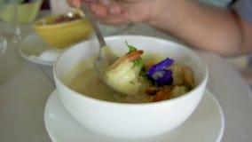 Manger de la soupe thaïlandaise avec des crevettes banque de vidéos