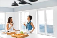 Manger des aliments de préparation rapide Amis mangeant de la pizza Enregistreur et corbeau Loisirs, cel Photos libres de droits