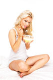 Manger des céréales Photo stock