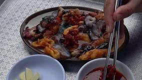 Manger des fruits de mer frais avec des baguettes Vue supérieure banque de vidéos