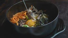 Manger du Bibimbap coréen traditionnel de plat avec des baguettes Cuisine authentique asiatique banque de vidéos