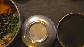 Manger du Bibimbap coréen traditionnel de plat Cuisine authentique asiatique banque de vidéos