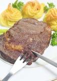 Manger du bifteck de ribeye Image stock
