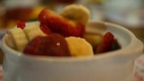 Manger du fruit d'un bol de fruit dans un café avec la fourchette clips vidéos