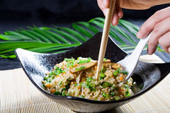Manger du riz de friture de Chinois images stock