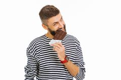 Mangeur d'hommes attrayant agréable une barre de chocolat photos libres de droits