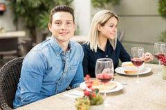 Mangeur d'hommes beau avec des amis Image libre de droits