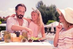 Mangeur d'hommes gentil ravi avec sa famille images libres de droits