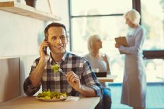 Mangeur d'hommes positif beau une salade Photo stock