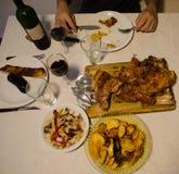 Mangeur d'hommes un barbecue avec des patatoes et des oignons à la maison photo libre de droits