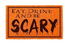 Mangez, boisson et soyez accueil effrayant Mat Isolated d'orange de Halloween sur le blanc photos libres de droits