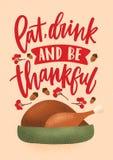 Mangez, boisson et soyez inscription reconnaissante écrite avec la police calligraphique et décorée par la dinde rôtie, tradition illustration libre de droits