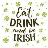 Mangez, boisson et soyez irlandais Jour drôle du ` s de St Partick indiquant au fond d'oxalide petite oseille illustration de vecteur