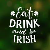 Mangez, boisson et soyez irlandais Jour drôle du ` s de St Partick indiquant au fond vert de tache floue avec le trèfle à quatre  illustration libre de droits