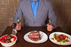Mangez d'un bifteck de boeuf Photos stock