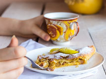 Mangez du strudel aux pommes d'un plat blanc, mains, fourchette Images libres de droits