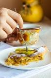 Mangez du strudel aux pommes d'un plat blanc, mains, fourchette Image libre de droits