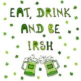 Mangez la boisson et soyez irlandais Fond de jour du ` s de St Patrick Lettrage et tasses illustration stock