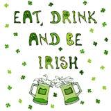Mangez la boisson et soyez irlandais Fond de jour du ` s de St Patrick Tasses de lettrage et de bière illustration libre de droits