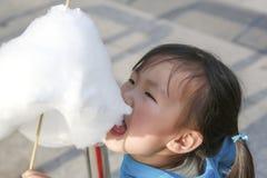 Mangez la femelle chinoise de la sucrerie de coton 04 Photos libres de droits