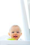Mangez le bébé de sourire enduit photographie stock
