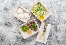 Mangez le bon concept, nourriture saine, nutrition de forme physique emportent dans des boîtes de papier, vue supérieure, configu photographie stock libre de droits