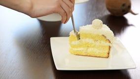 Mangez le gâteau délicieux découpé en tranches banque de vidéos