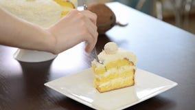 Mangez le gâteau délicieux découpé en tranches clips vidéos