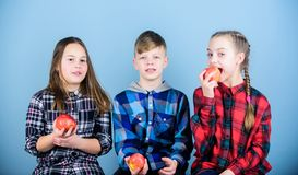 Mangez naturel, soyez sain Petit groupe de petits enfants tenant les pommes rouges naturelles La nourriture naturelle est bonne p photos libres de droits