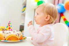 Mangi il bambino spalmato che mangia la torta di compleanno fotografia stock