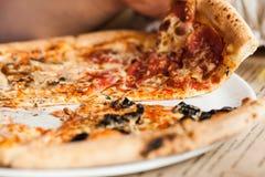 Mangi la pizza Fotografie Stock