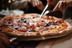 Mangi la pizza della carne con gli amici fotografie stock libere da diritti
