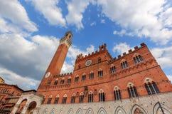 Mangia torn, Italienare Torre del Mangia i Siena, Italien - Tuscany region arkivbild