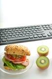 Mangiando al posto di lavoro Fotografia Stock Libera da Diritti