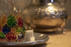 Mangiando il tè della menta nel Marocco fotografia stock