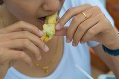 Mangiando il thaifood fresco dell'alimento tailandese fotografia stock libera da diritti